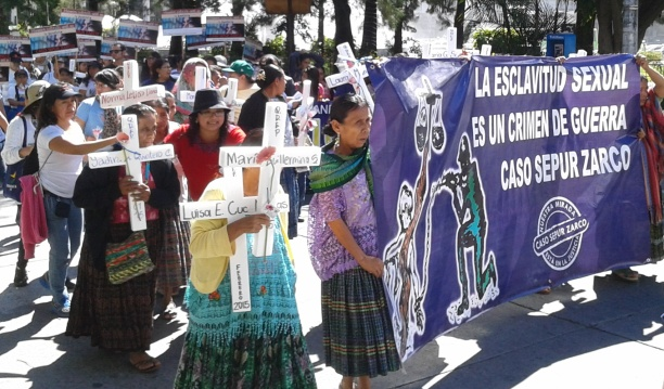 mujeres-con-cruces