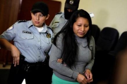 Teodora-Vásquez-d-llega-para-el-segundo-día-de-una-audiencia-especial-de-revisión-de-pena-hoy-miércoles-13-de-diciembre-de-2017-en-San-Salvador.-EFE-331x219